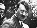 """Der Reichskanzler und nationalsozialistische Führer Adolf Hitler, hier mit einer zahmen Dohle auf der Schulter, schrieb mit """"Mein Kampf"""" einen Bestseller. (Foto)"""