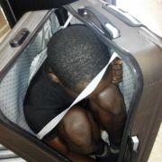 Schockierende Fotos zeigen Flüchtling eingezwängt im Koffer (Foto)
