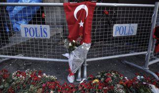 Blumen liegen an einer Absperrung in der Nähe des Nachtclubs in Istanbul, auf den in der Silvesternacht ein Anschlag verübt wurde. (Foto)