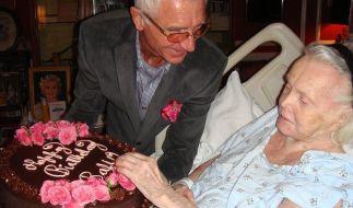 2011: Prinz Frederic überreicht seiner Frau Zsa Zsa eine Geburtstagstorte. Bereits damals war sie ans Krankenbett gefesselt. (Foto)