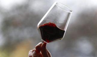 Ein Glas Rotwein am Tag reduziert die Häufigkeit von Herzinfarkten, fördert dafür aber andere Todesursachen. (Foto)