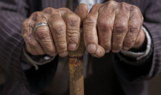 In Hamburg wurde eine Rentnerin (75) Opfer zweier Räuber, die die alte Dame brutal eine Treppe hinunterstießen und ihre Handtasche stahlen (Symbolbild). (Foto)