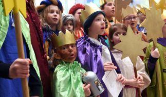 Beim Sternsingen am 6. Januar zum Dreikönigstag verkleiden sich Kinder eigentlich als die Heiligen Drei Könige und sammeln Geld für wohltätige Zwecke. (Foto)