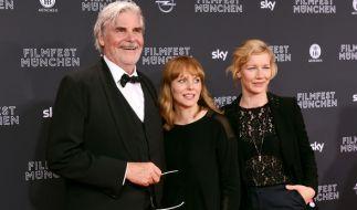 """Der Schauspieler Peter Simonischek, die Regisseurin Maren Ade und die Schauspielerin Sandra Hüller (von links nach rechts) am 23. Juni 2016 in München während der Premiere zu """"Toni Erdmann"""". (Foto)"""