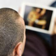 Lehrer nimmt Handys von Schülern und stellt Fotos auf Pornoseiten (Foto)