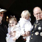 Fürst Albert II. und Fürstin Charlène von Monaco mit ihren Zwillingen, Thronfolger Jacques (r.) und Prinzessin Gabriella