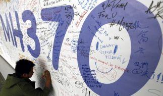 Ein Banner am internationalen Flughafen von Kuala Lumpur erinnert an die verschwundene Boing 777. (Foto)