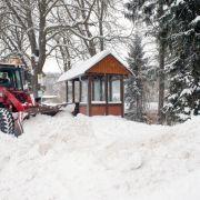 In einigen Regionen wie hier in Geising (Sachsen) musste schweres Gerät dabei helfen, die Straßen von den Schneemassen zu befreien.