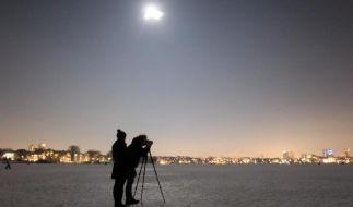 Fotosession bei Vollmond: Um den Nachthimmel schön in Szene zu setzen, müssen Fotografen bei Brennweite und Fokus die richtigen Einstellungen wählen. (Foto)