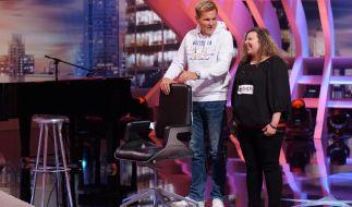 Chefjuror Dieter Bohlen hat Deborah Lo Presti aus Gelsenkirchen für ihren Auftritt seinen Stuhl geliehen. (Foto)