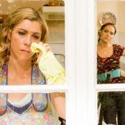 Conny Holtkamp (Brigitte Zeh, li.) hat vor lauter Perfektionismus ihre Familienleben aus den Augen verloren - doch Magda (Verena Altenberger, re.) hat einen Plan ausgeheckt.