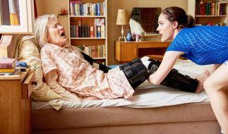 Die manipulative Waltraud Kern (Hedi Kriegeskotte, li.) scheucht Altenpflegerin Magda (Verena Altenberger, re.) nach Leibeskräften herum. (Foto)