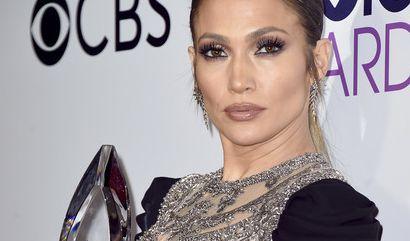 Bei dem Kleid von Jennifer Lopez achtet vermutlich keiner mehr auf den Preis in ihrer Hand. (Foto)
