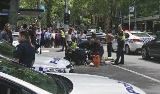 Polizei und Rettungskräfte im Einsatz nachdem am Freitag (20.01.2017) ein Mann in eine Menschenmenge gerast ist. (Foto)