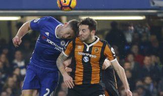Hull Citys Ryan Mason (r) in Aktion gegen Gary Cahill von Chelsea am 22.01.2017 beim Premier League Spiel zwischen dem FC Chelsea und Hull City. (Foto)