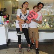 Stephanie und Alessandro Bonaventura mit Sohn Matteo in ihrer Eisdiele