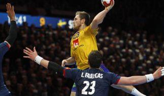 Handball WM Männer: Frankreich - Schweden, Finalrunde, Viertelfinale am 24.01.2017 in Lille, Frankreich. Schwedens Albin Lagergren (M) gegen Frankreichs Ludovic Fabregas in Aktion. (Foto)