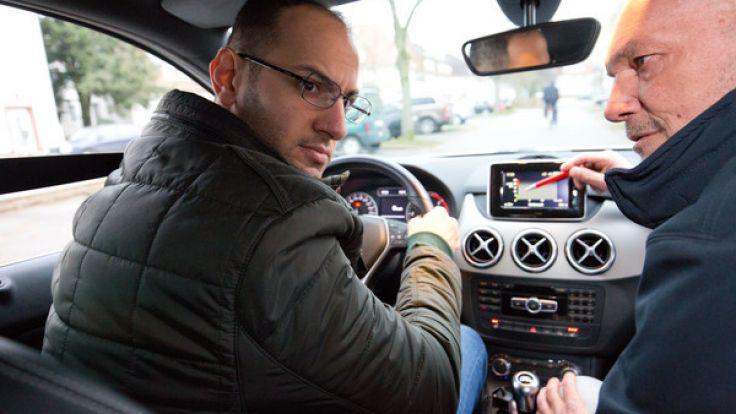Der 29-jährige irakische Flüchtling Mahmood (links) in einem Fahrschulauto des deutschen roten Kreuz (DRK) in Bielefeld, zusammen mit seinem Fahrlehrer Dirk Konert. (Foto)