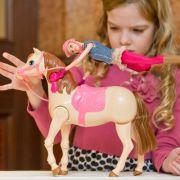 Darum spielen diese Väter mit Barbiepuppen (Foto)