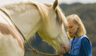 Wendy (Jule Hermann) und das Pferd Dixie werden die besten Freunde. (Foto)
