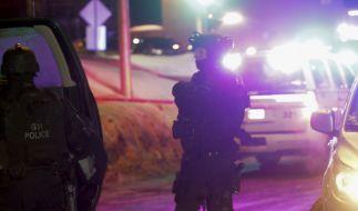 Polizisten überwachen die Moschee in Quebec, wo es Medienberichten zufolge nach Schüssen mehrere Tote und Verletzte gegeben haben soll. (Foto)