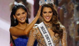 """""""Miss Universe"""" Iris Mittenaere bekommt die Krone von der Vorjahressiegerin Pia Wutzbach überreicht. (Foto)"""