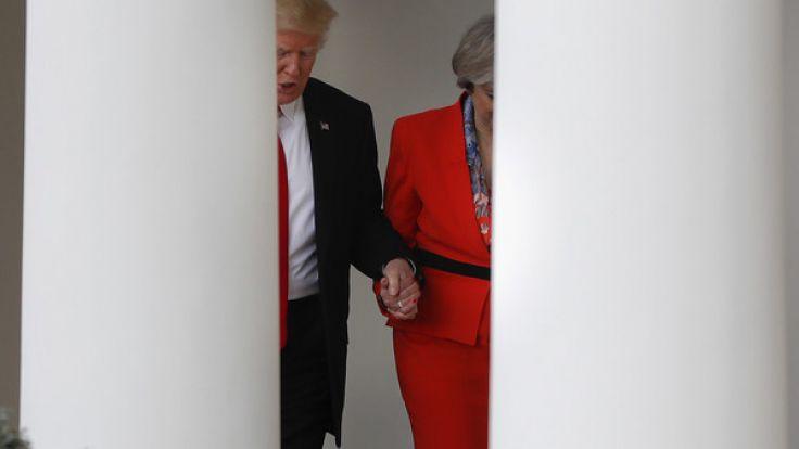 Donald Trump (links) und Großbritanniens Premierministerin Theresa May gehen Hand in Hand am 27. Januar den Säulengang am Weißen Haus in Washington entlang. (Foto)