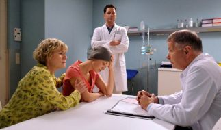 Dr. Roland Heilmann sagt Luka Ostberger, dass ihr Unterschenkel amputiert werden muss. Simone Ostberger, Lukas Mutter fragt, ob es wirklich die einzige Möglichkeit ist. Dr. Philipp Brentano findet die Entscheidung Rolands nach wie vor falsch. (Foto)