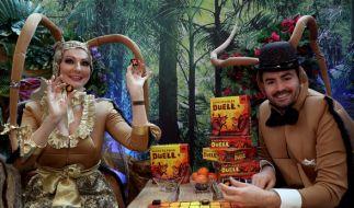 Menderes Bagci und Desiree Nick auf der Nürnberger Spielwarenmesse. (Foto)