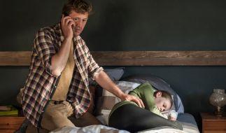 Daniel Förster (Patrick von Blume, l.) findet den leblosen Körper seiner Tochter Alina (Emilia Bernsdorf, r.) und alarmiert den Notarzt. (Foto)