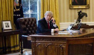 Donald Trump bei einem Telefonat mit dem König von Saudi-Arabien, Abd al-Aziz Al Saud. (Foto)