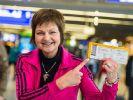 Franziksa Menke mit ihrem Ticket nach Australien - bei ihrer Heimkehr wurde sie von einem jungen stürmisch begrüßt. (Foto)
