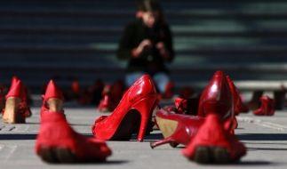 Rote Schuhe vor dem Büro der Staatsanwaltschaft in Ciudad Juarez. Die Aktion ist Teil eines Protests gegen die seit Jahren anhaltenden Frauenmorde in der nordmexikanischen Stadt. (Foto)
