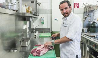 Hans Neuner bei dem, was er am besten kann - Kochen! (Foto)