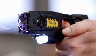 Die Berliner Polizei erprobt ab sofort Elektroschockwaffen. (Foto)
