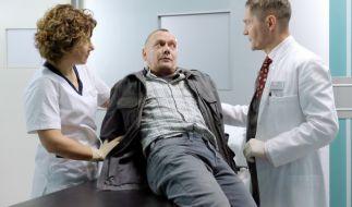 """In der nächsten Folge """"Sprachlos"""" wird Georg Heinig (Torsten Michaelis, mi.) nach einem Autounfall in von Dr. Kaminski (Udo Schenk, re.) und Schwester Ulrike (Anita Vulesica, li.) untersucht. (Foto)"""