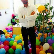Honey schmückt sein Büro mit Luftballons.