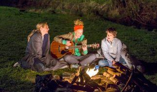 Wie in alten Zeiten: Am Lagerfeuer spielen sie ihre alten Songs. Gitarristin Karla (Katja Riemann, Mitte), Sängerin Sascha (Nicolette Krebitz, re.) und Alice (Sophie von Kessel). (Foto)