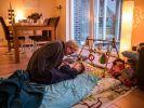 Die Mitarbeiterin des ambulanten Kinderhospizdienstes, Gabi Grütering, umsorgt den unter dem West-Syndrom leidenden Luca. Damit verschafft sie seinen Eltern eine kurze Auszeit. (Foto)