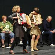 Meike Droste hat versteckt Talente, z.B. Akkordion spielen.