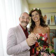 Glücklich zeigt das frisch vermählte Paar seine Eheringe.