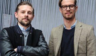 """Die TV-Moderatoren Klaas Heufer-Umlauf (l) und Joko Winterscheidt schließen ihren """"Circus HalliGalli"""". (Foto)"""