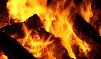 Ein Mann rettet seine Nachbarin aus einem brennenden Haus. (Foto)