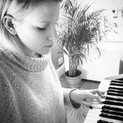 Levina ist leidenschaftliche Klavierspielerin.