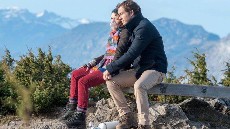 """Pia (Angelina Häntsch, l.) und Jan (Stefan Murr) begeben sich bei """"Der Bergdoktor"""" auf """"Die letzte Reise"""". (Foto)"""