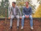 Stefan Vollmer (Hendrik Duryn, r.) und Michael (Gabriel Merz) wollen Ole vor einer Dummheit bewahren. (Foto)