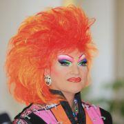 Wer steckt hinter der schrillen Drag Queen? (Foto)