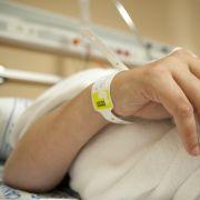 Eine Frau wacht während einer Operation aus der Vollnarkose auf und muss den Eingriff am eigenen Leib erfahren.