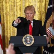 Völlig irre Show - Trump wütet auf Pressekonferenz! (Foto)