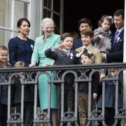 Im dänischen Königshaus wartet ebenfalls ein Single-Prinz auf die Frau für's Leben - die Rede ist von Prinz Nikolai, der hier inmitten seiner Familie im beigefarbenen Sakko im Alter von 15 Jahren zu sehen ist.